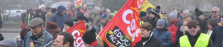 des-enseignants-de-la-cite-scolaire-etaient-dans-le-cortege-on-voit-ici-le-drapeau-d-educ-action-photo-jsl-aurelie-bidaut-1575546622
